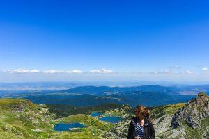 Maria olhando sobre os Lagos de Rila na Bulgaria