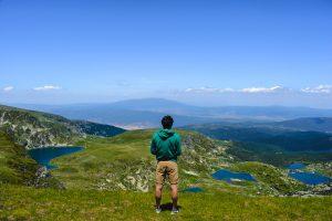 Homem contemplando os Sete Lagos de Rila na Bulgaria