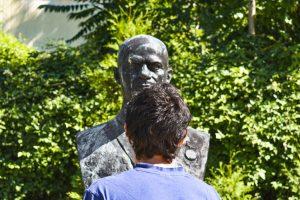 Rui em frente de uma estátua no Museu de Arte Socialista em Sofia, Bulgaria