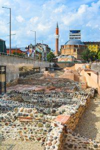 Ruínas e Mesquita perto de Serdika em Sofia, Bulgaria