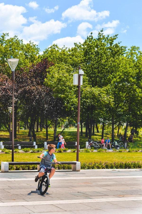 Criança a andar de bicicleta em Sofia, Bulgaria