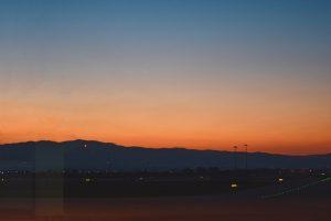 Nascer do dia sobre as montanhas no aeroporto de Sofia, Bulgaria