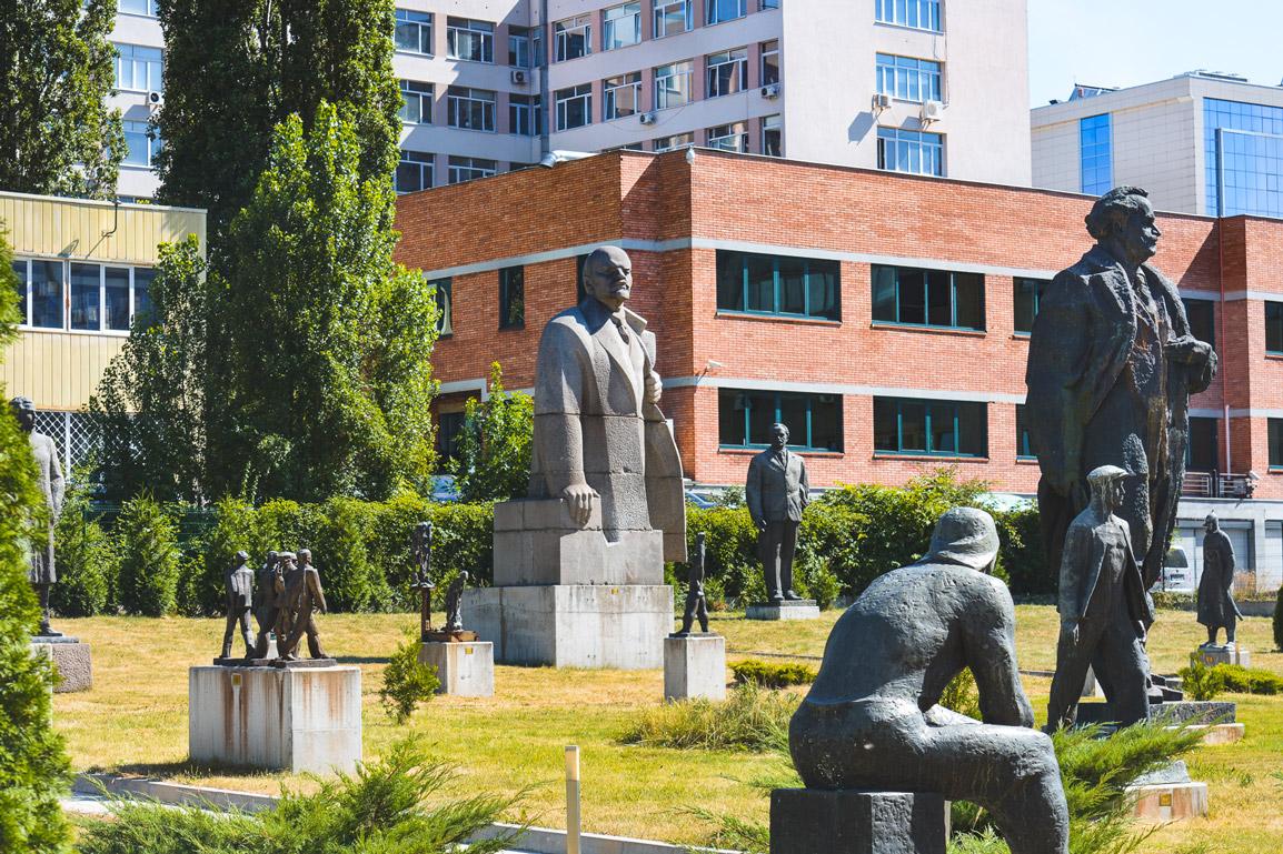 Várias estatuas no Museu de Arte Socialista em Sofia, Bulgaria