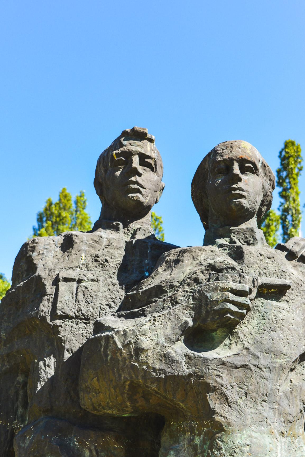 Estátua de dois jovens trabalhadores no Museu de Arte Socialista em Sofia, Bulgaria