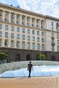 Rui a caminhar pela praça Largo em Sofia, Bulgaria