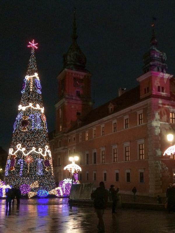 Natal na Cidade Velha de Varsóvia e as iluminações junto ao castelo