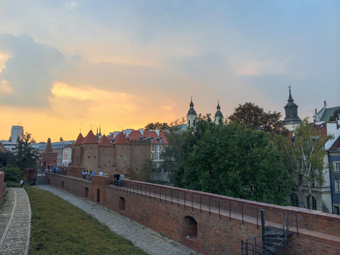 Pôr do sol no Barbican na Cidade Velha de Varsóvia