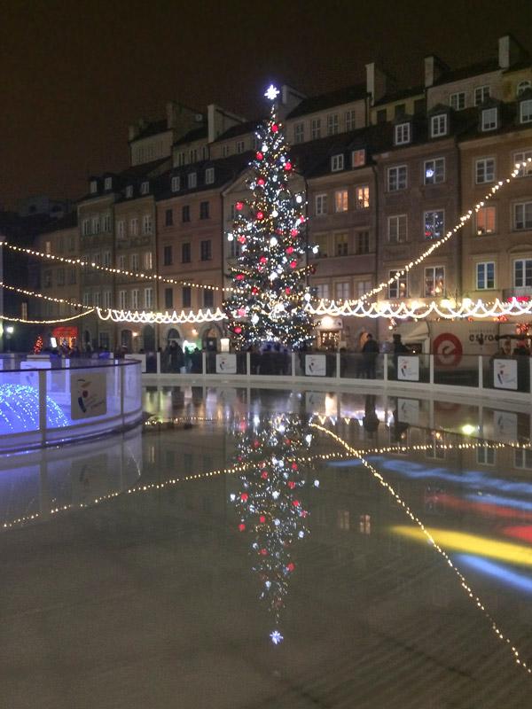 Árvore de natal e pista de gelo na praça principal de Varsóvia
