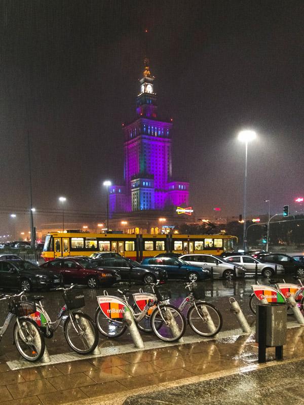 Palácio da Cultura em Varsóvia num dia chuvoso