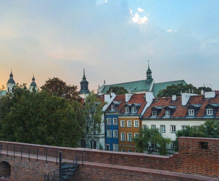 Casas coloridas na Cidade Velha de Varsóvia junto ao Barbican