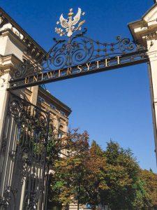 Entrada para o campus central da Universidade de Varsóvia na Polónia