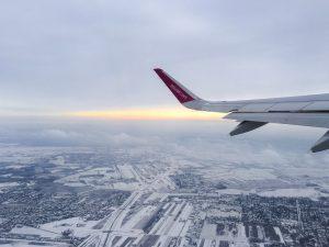Vista sobre o pôr do sol e a neve de um avião da Wizzair