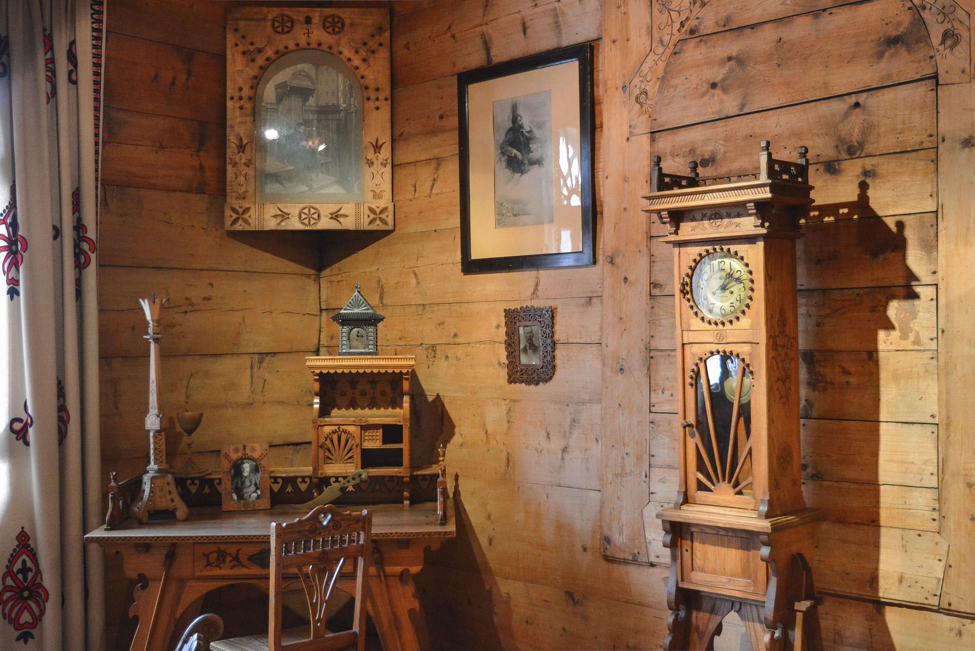 O interior do Museu do Estilo de Zakopane mostra a decoração típica da região