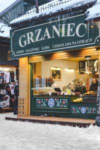 Na rua principal de Zakopane não faltam lugares para tomar uma bebida quente ou um doce típico