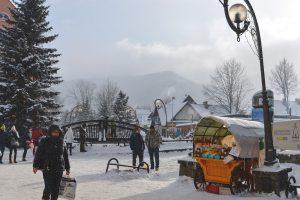 Krupowki a rua principal de Zakopane coberta de neve