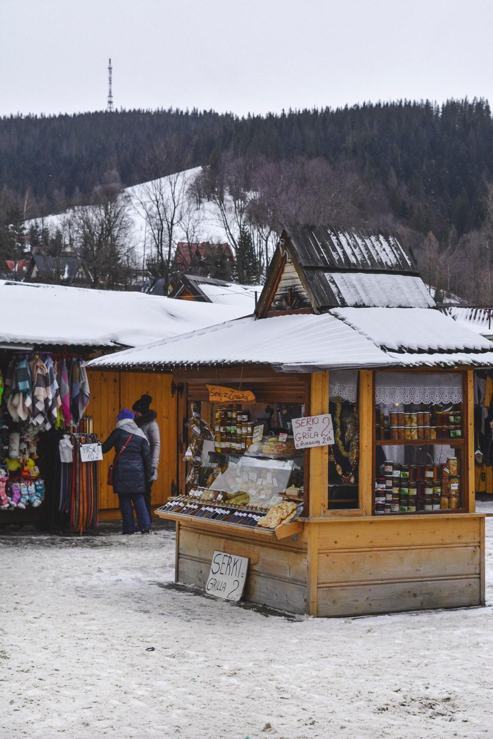 O mercado de Zakopane oferece as lembranças perfeitas incluindo o típico queijo da região