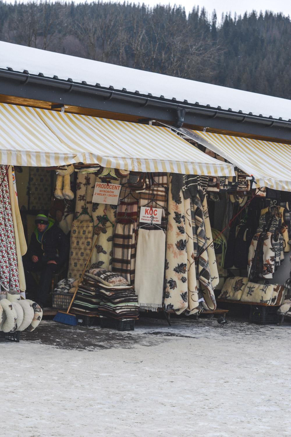 No mercado de Zakopane não faltam mantas para enfrentar o frio polaco