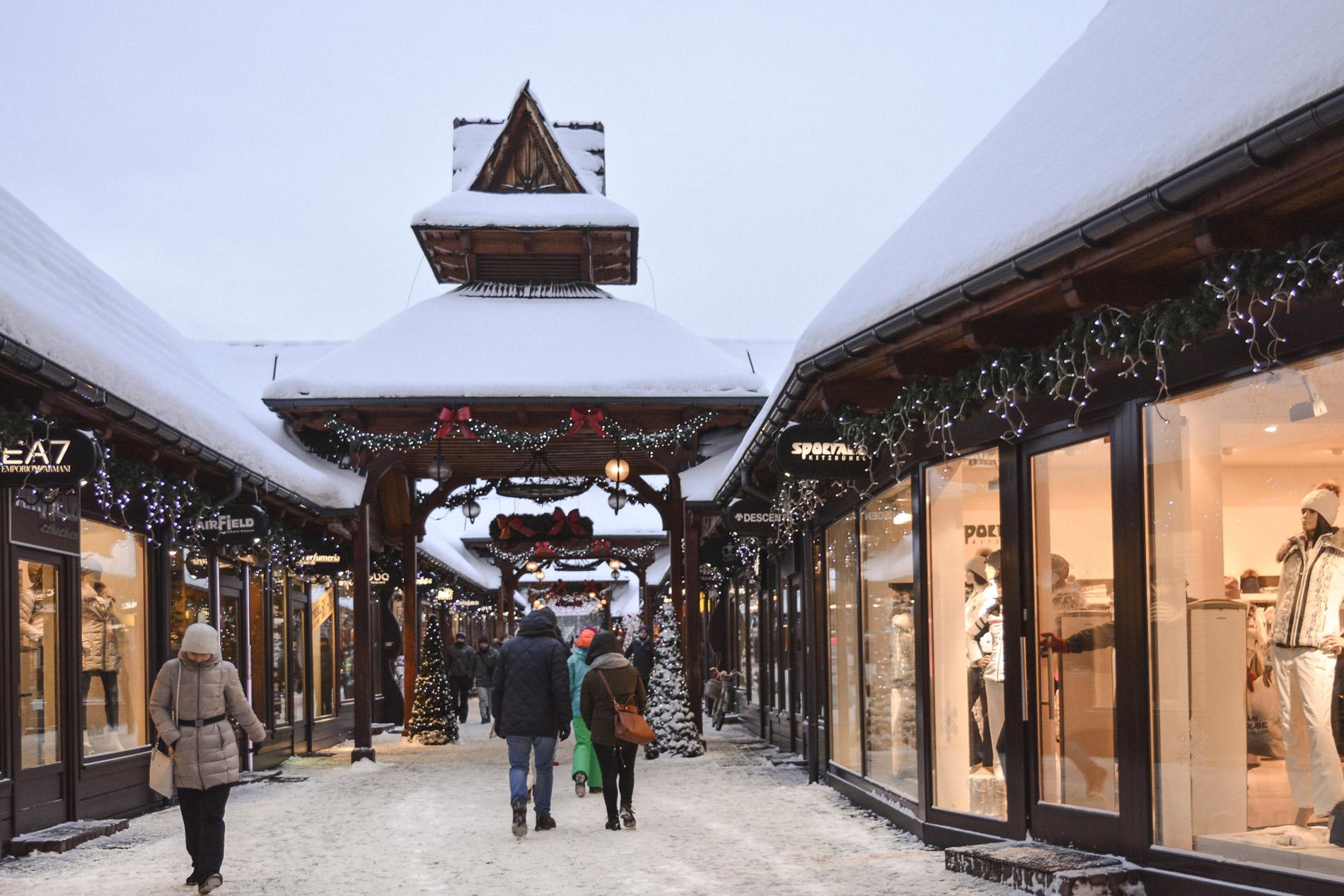 O shopping de Zakopane ao livre e cobre-se de neve no Inverno