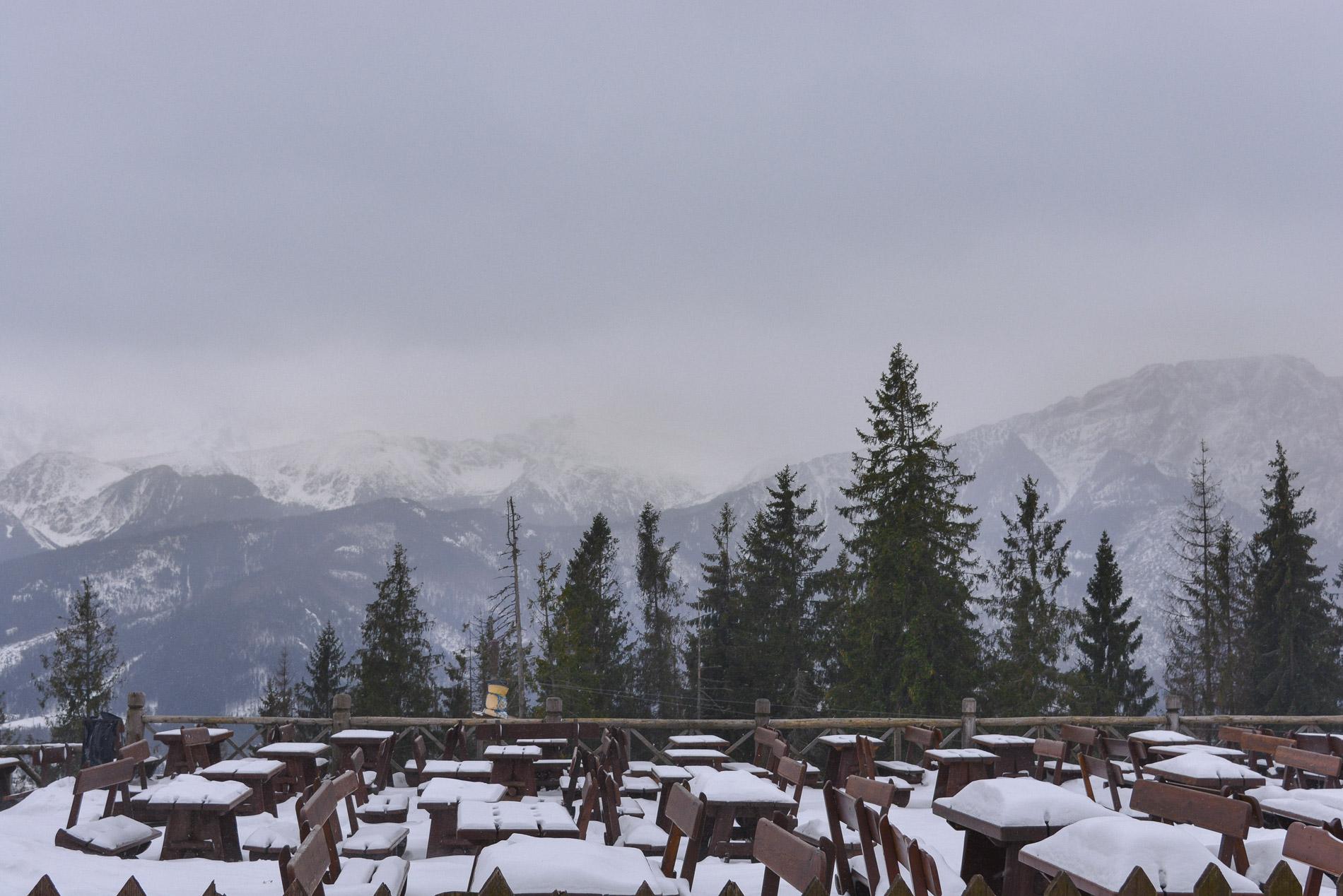 Esplanada coberta de neve e uma vista magnífica para as montanhas no Sul da Polónia