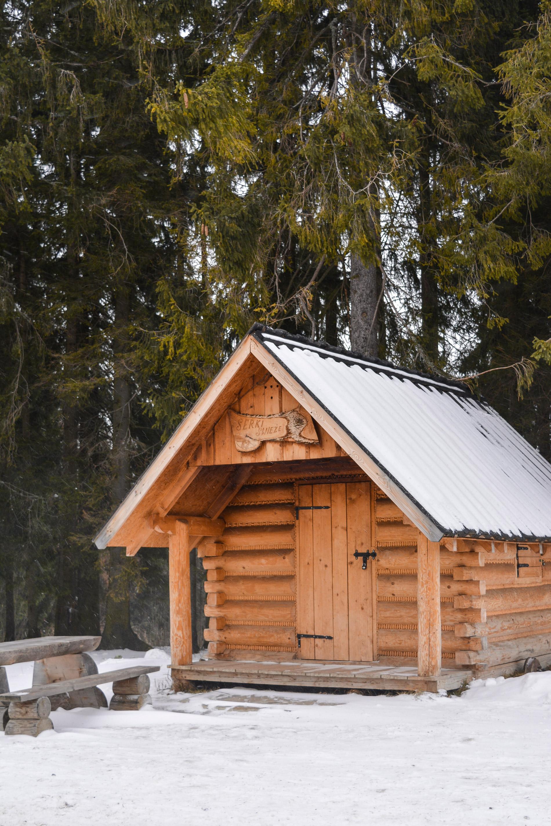 Cabine de madeira no meio das montanhas em Zakopane