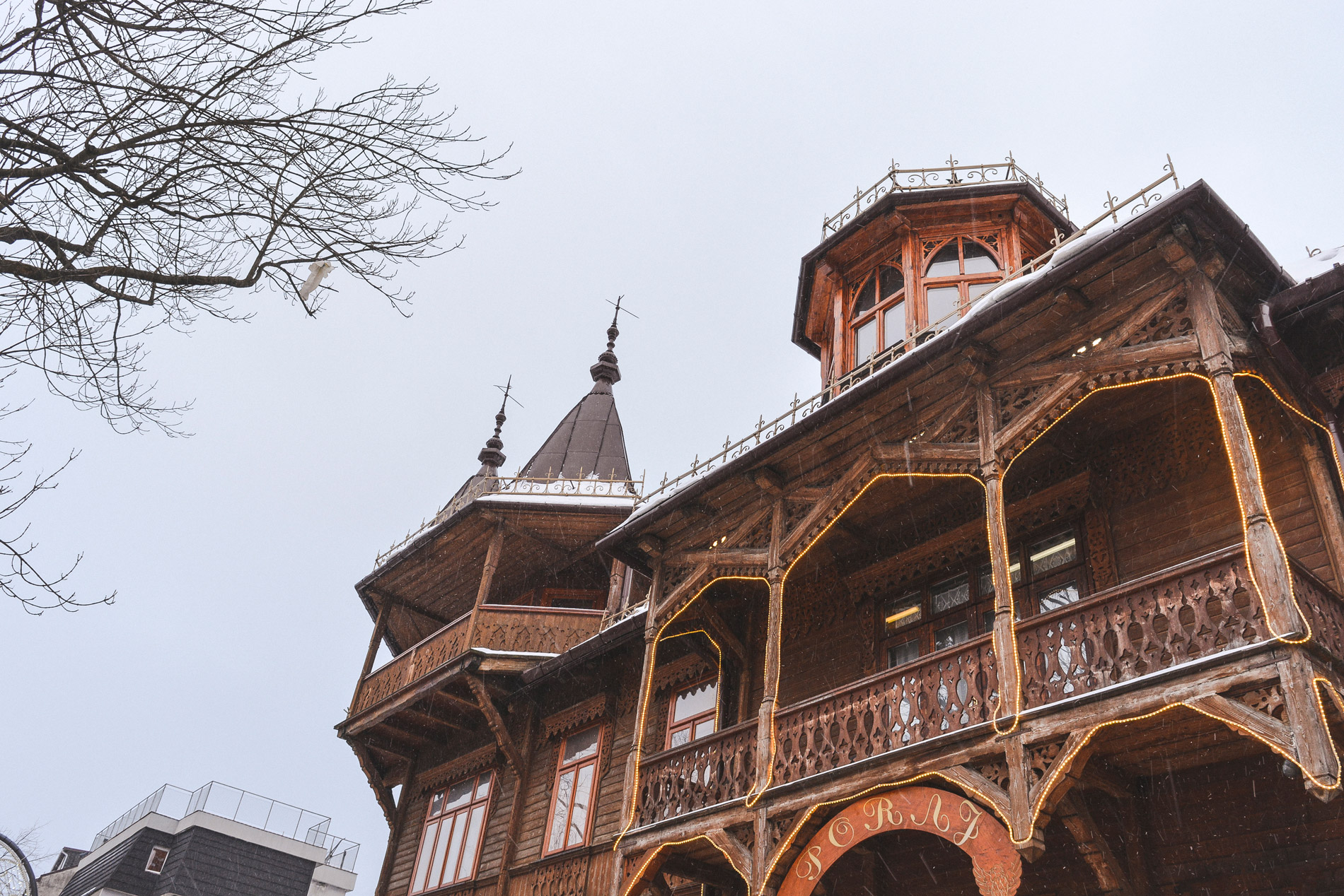 Arquitetura típica de Zakopane num dia de Inverno