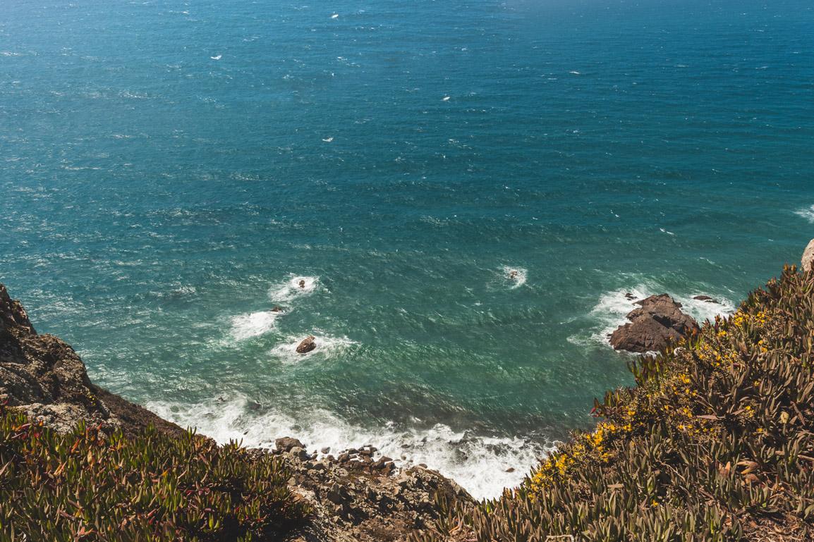 Ondulação no ponto mais ocidental da Europa continental o Cabo da Roca em Portugal