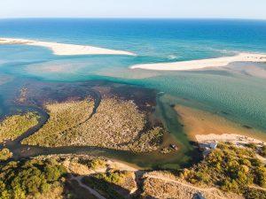 Praia a desaparecer visto do miradouro de Cacela Velha no Algarve