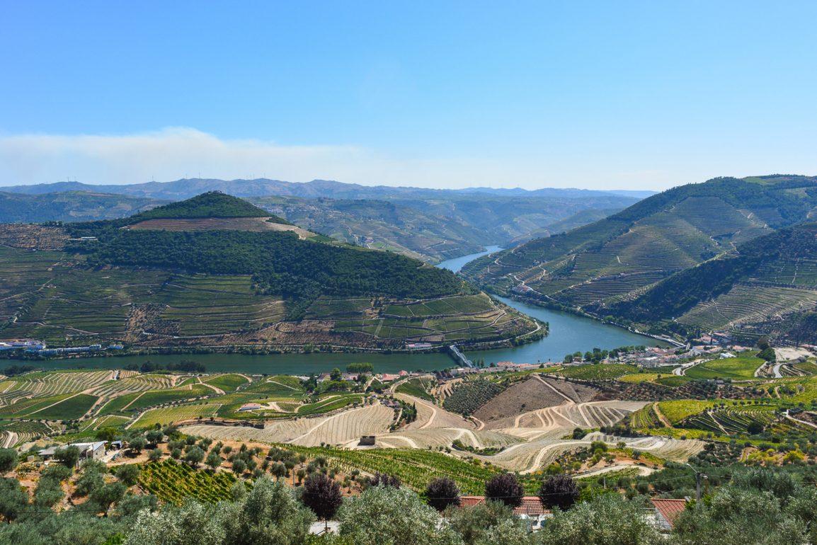 Vista magnifica sobre o Douro do miradouro de Casal de Loivos no Norte de Portugal