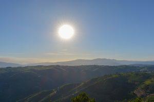 Sol e montanhas no Miradouro de São Leonardo de Galafura no Norte de Portugal