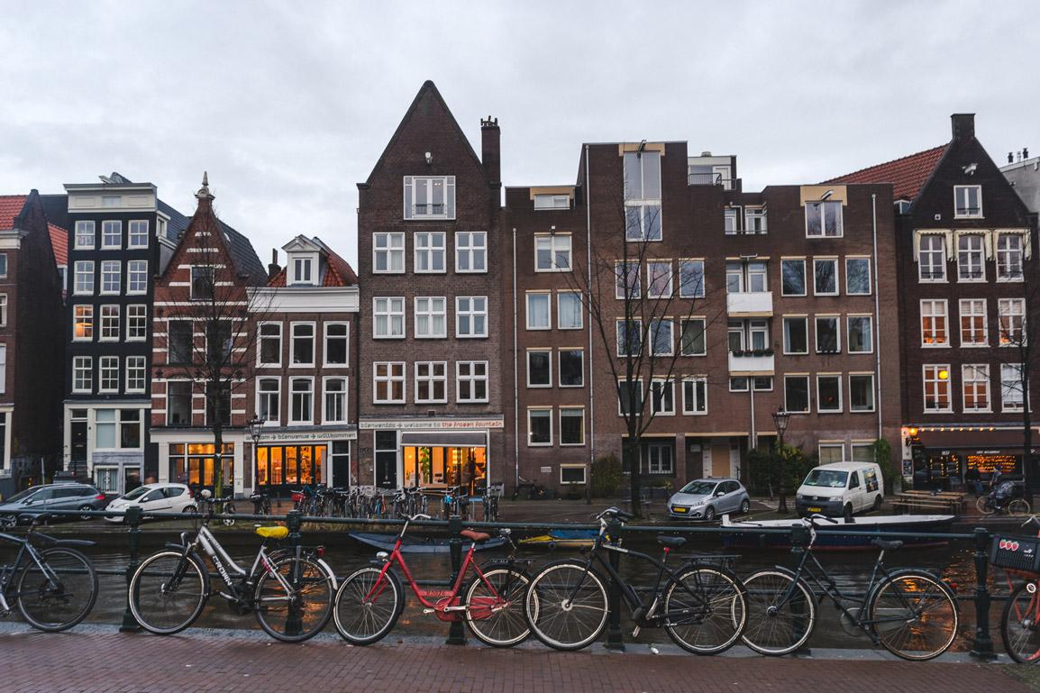 Na Primavera não faltam em Amesterdão tulipas nem bicicletas