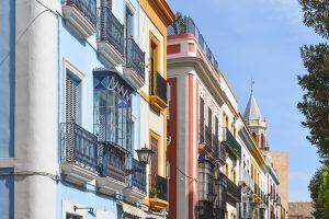 As ruas coloridas são uma das principais atrações em Sevilha