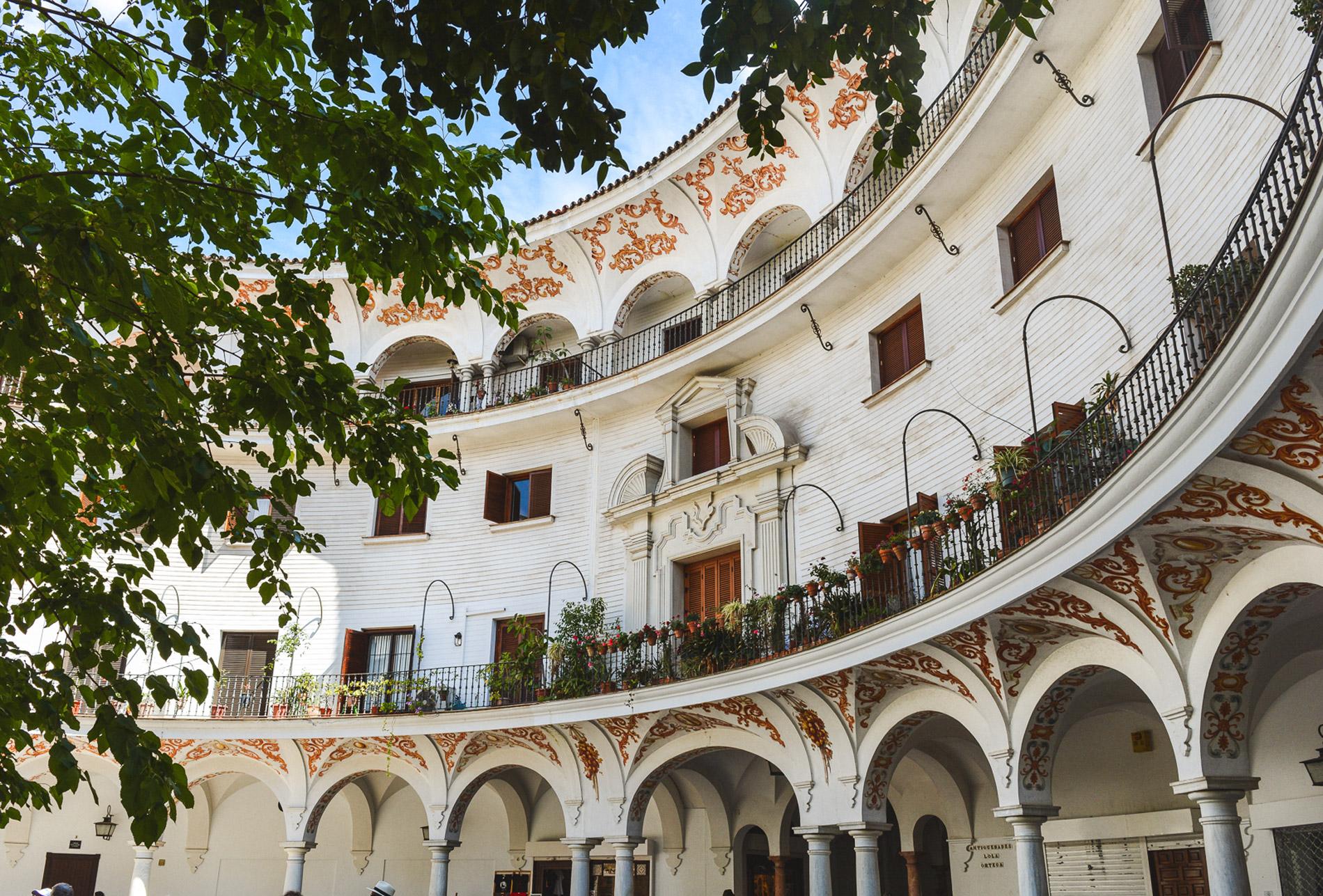 Há pátios magníficos escondidos das ruas principais em Sevilha