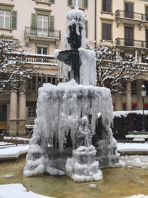 Fonte congelada num dia gelado em Zurique