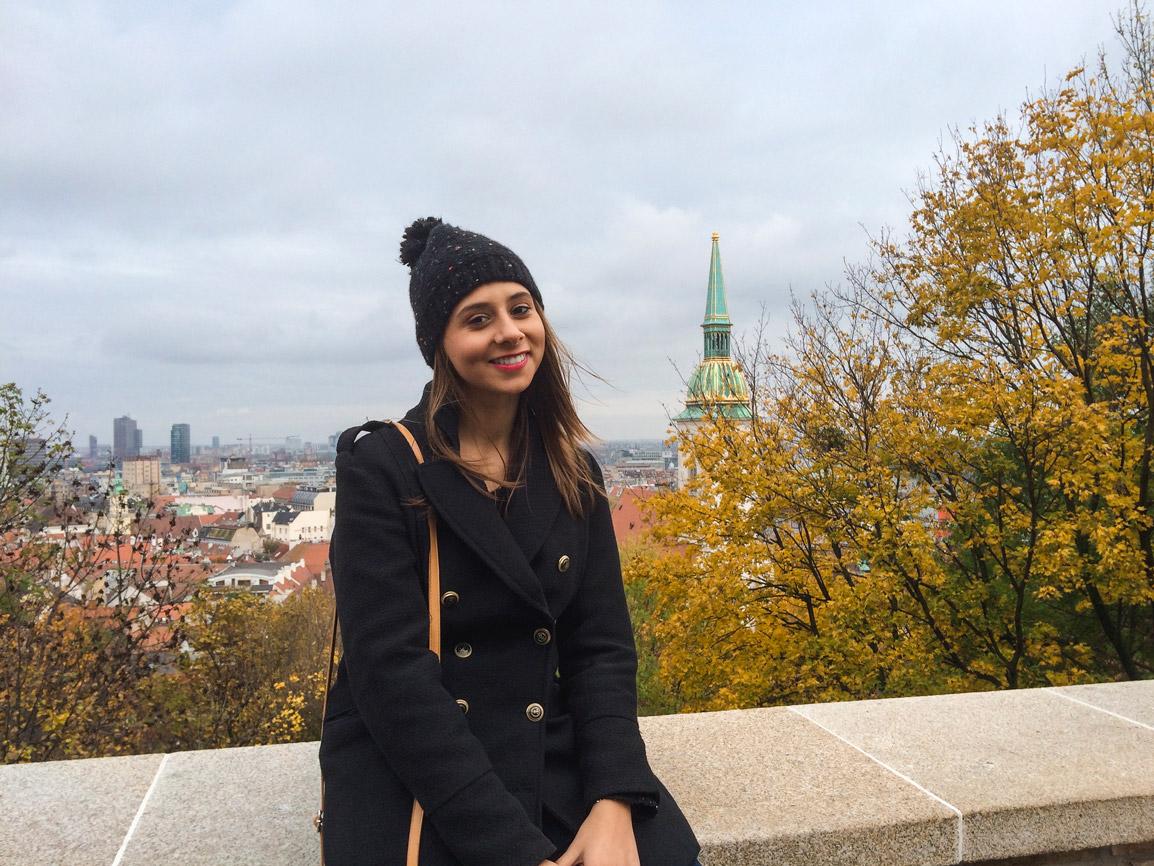 Maria e a fantástica vista sobre o Danúbio em Bratislava na Eslováquia