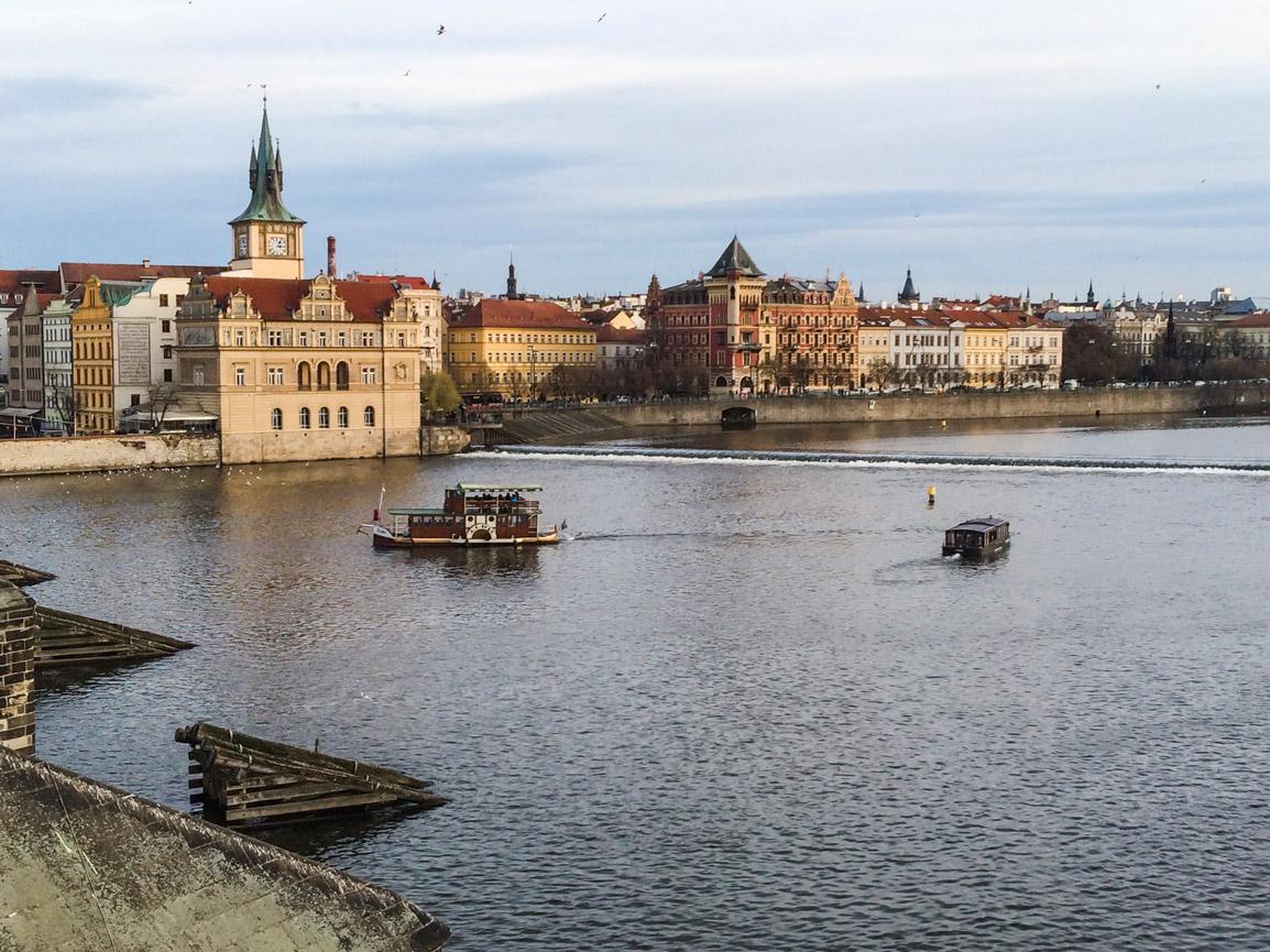 Vista para a cidade de Praga da icónica Charles Bridge