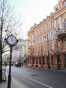 Rua no centro de Vilnius na Lituânia