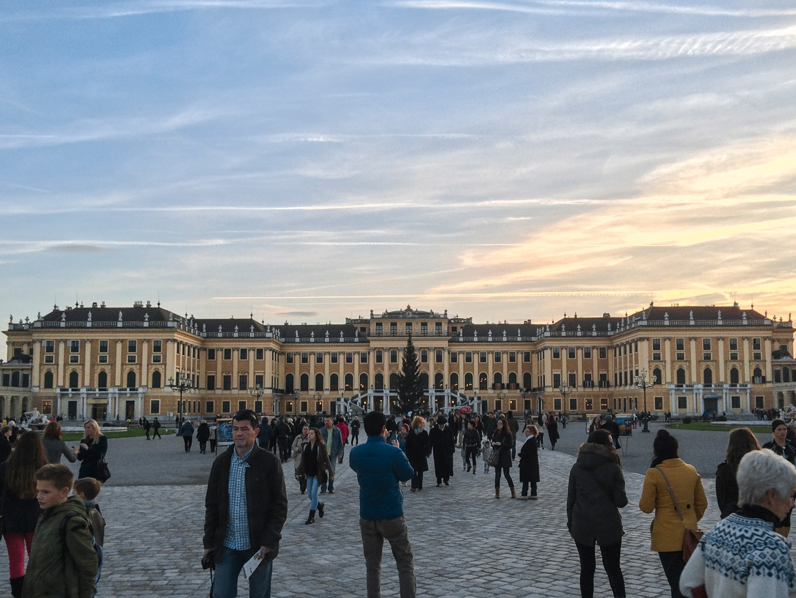 Pôr do sol sobre o Palácio Schonbrunn em Viena na Austria