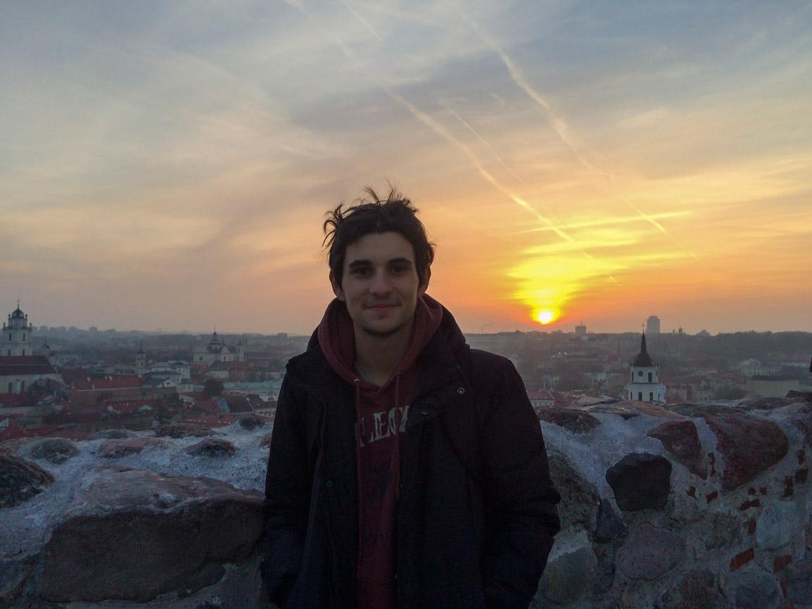 Rui e um magnifico pôr do sol em Vilnius na Lituânia