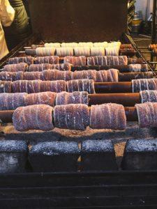 Preparação de deliciosos Trdelink num mercado de Natal em Praga