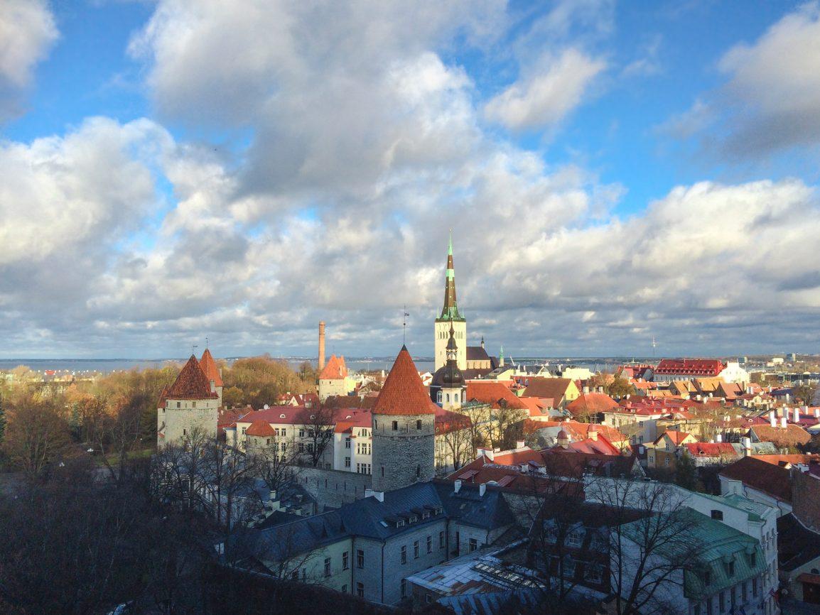 Vista para a cidade de um miradouro em Tallinn