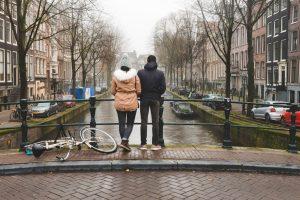 Nós num dos muitos canais de Amesterdão numa manhã de nevoeiro