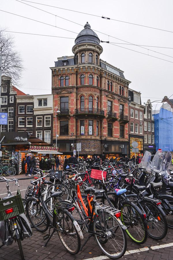 Bicicletas infinitas num dia de Outono em Amesterdão
