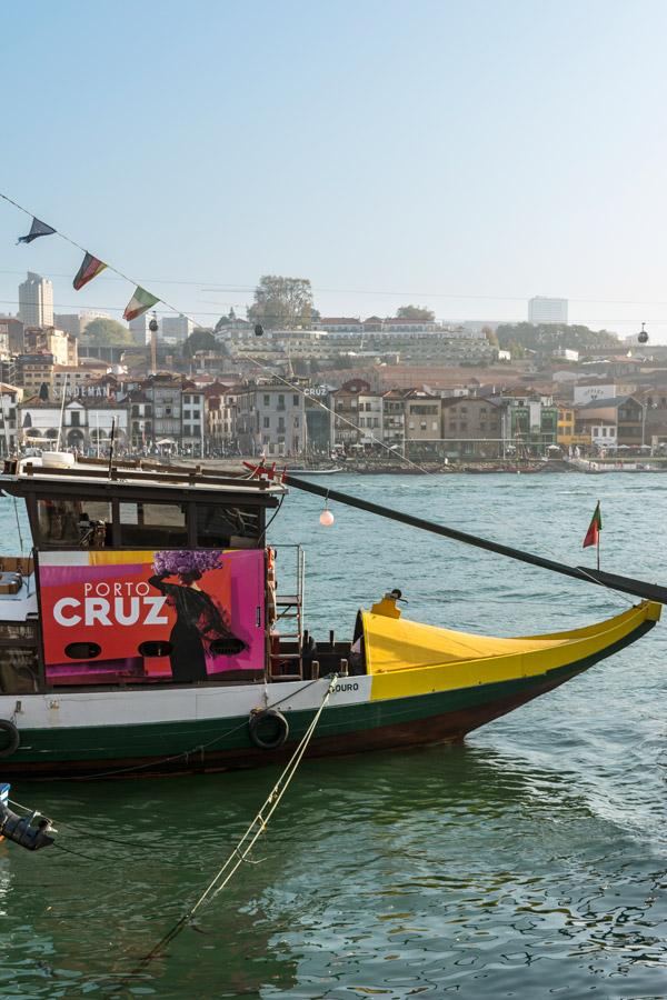 Barco no Rio Douro na Ribeira do Porto