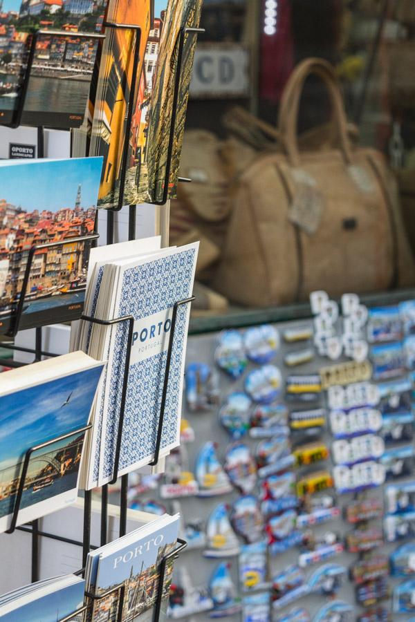Postais numa loja no Porto em Portugal