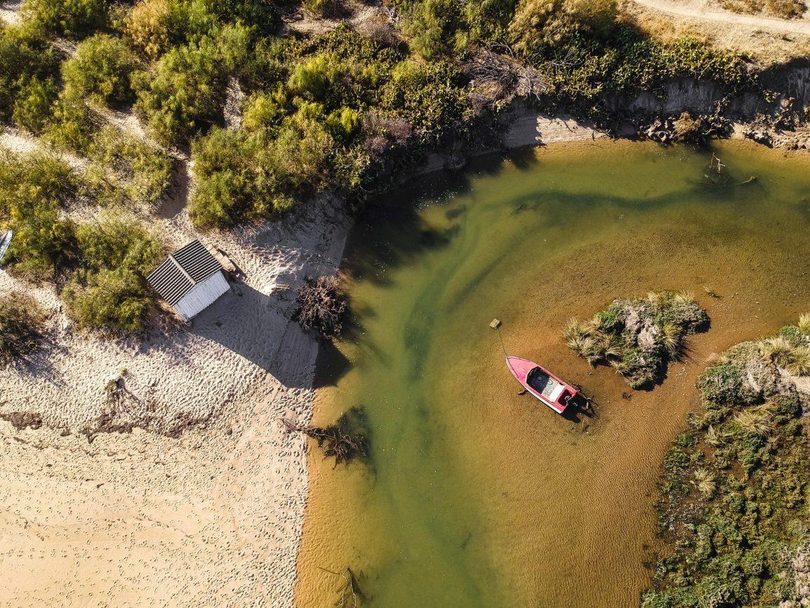 Barco rosa solitário na Ria Formosa no Algarve