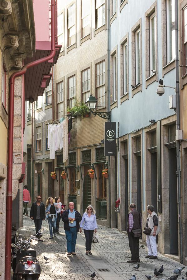 Rua típica na baixa do Porto em Portugal