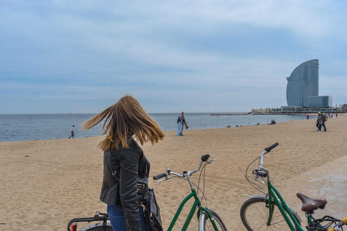 Bicicletas paradas para apreciar um pouco a praia de La Barceloneta em Barcelona