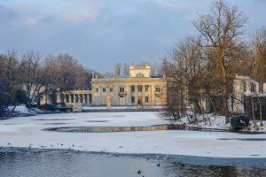 Lago congelado no Parque Lazienski em Varsóvia na Polónia