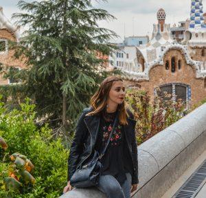 Maria no famoso Parque Guell em Barcelona