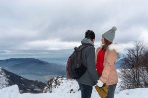 Nós maravilhados pelo Lago Como e as montanhas em Itália cobertas de neve